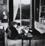 colette mentre scrive, a casa sua, 1951