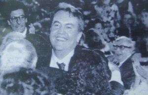 Giuseppe Pontiggia al Ninfeo di Villa Giulia di Roma, felice per aver ricevuto il premio Strega, 1989