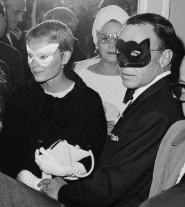 Frank Sinatra e Mia Farrow al ballo in bianco e nero di Truman Capote