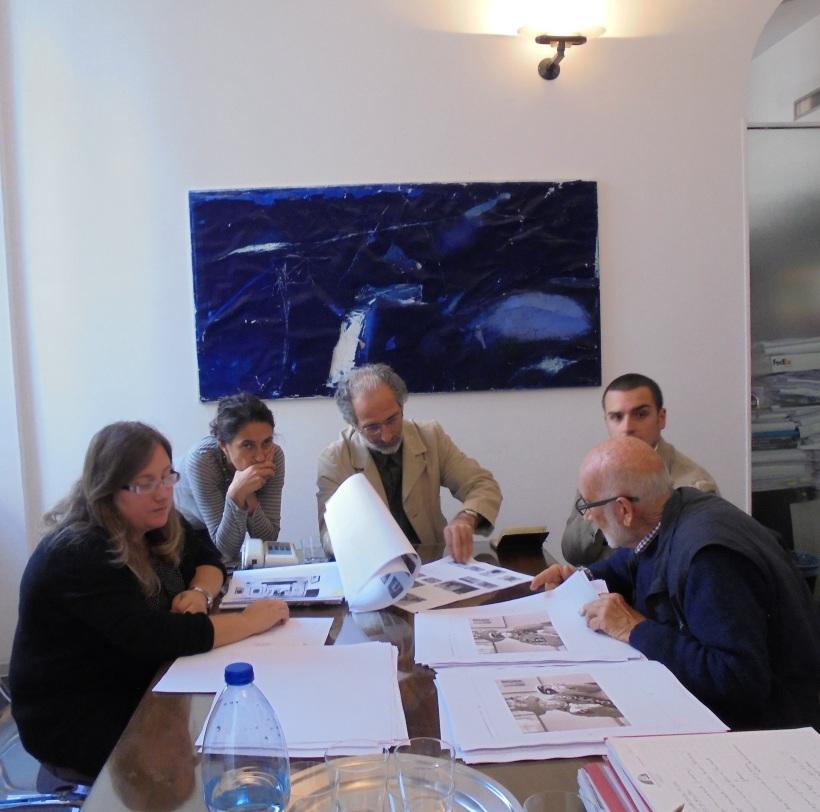 grafici, capiredattori e art director in riunione con gianni berengo gardin, al lavoro sull'impaginato del libro