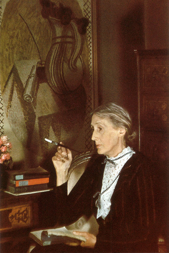 Virginia_Woolf_smoking_London_1939